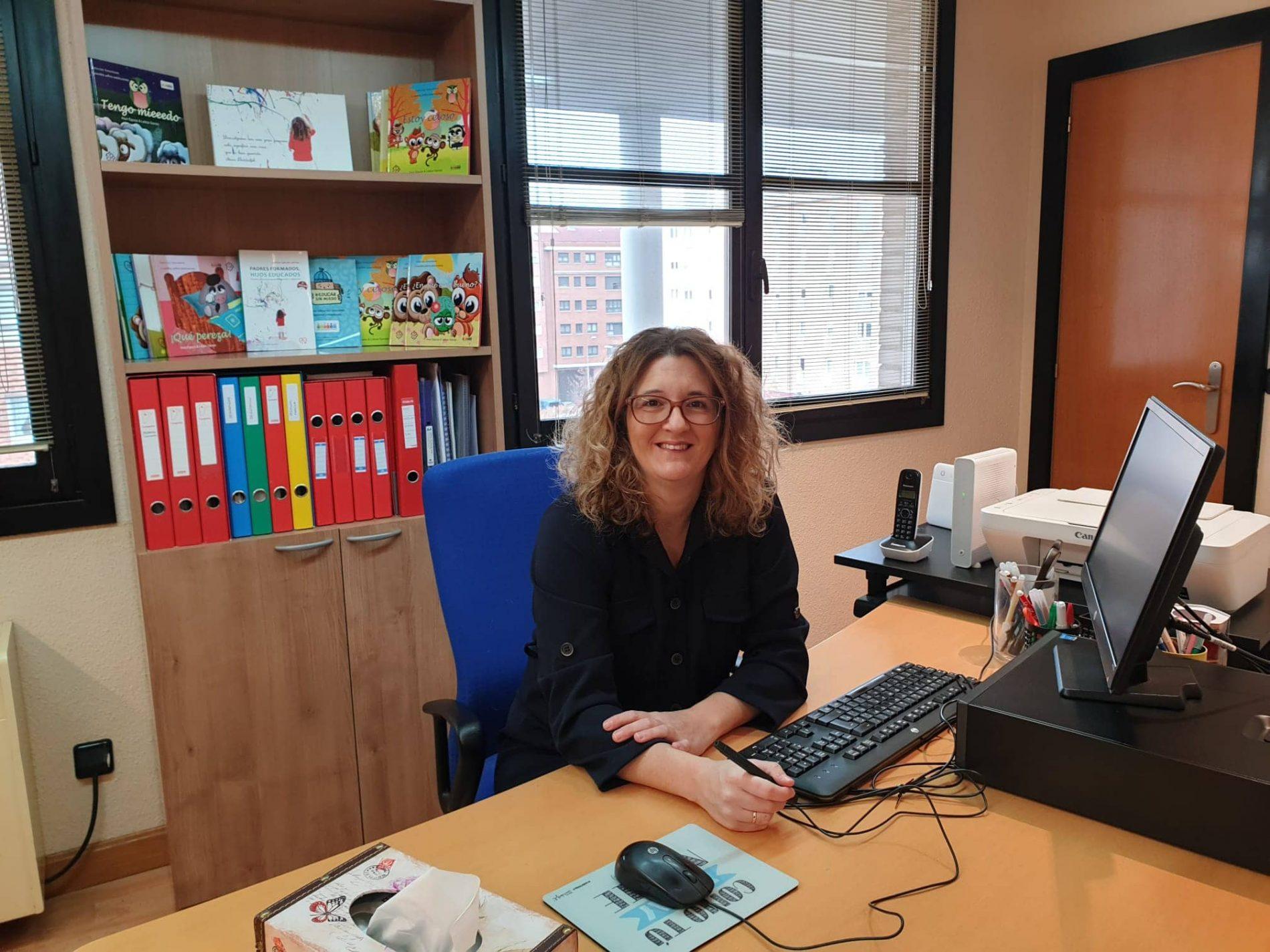 Leticia Garcés en su consulta privada de Burlada donde atiende a familias